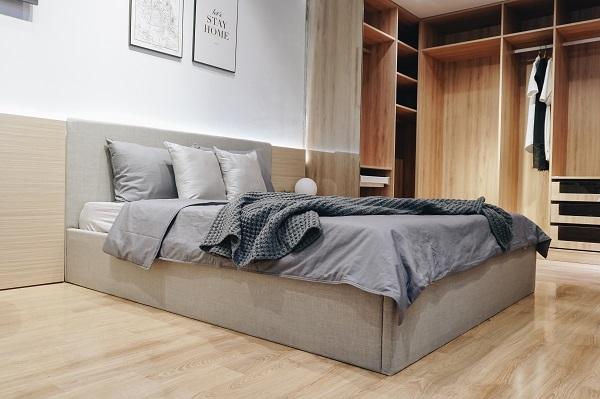 Giường đôi kiểu bệt đậm phong cách tối giản của người Nhật mang đến không gian phòng ngủ gọn gàng, tạo sự thư thái, dễ chịu
