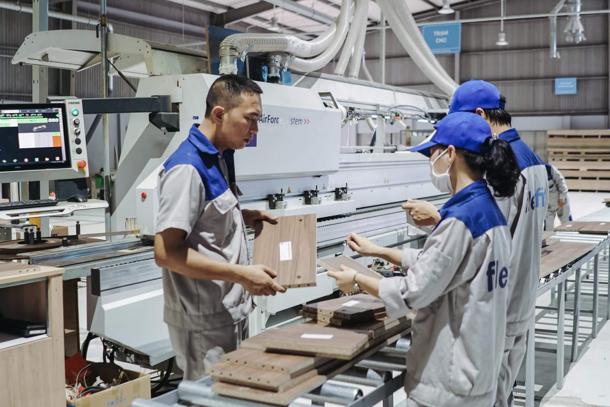 Flexfit có 3 nhà máy được đầu tư máy móc hiện đại cùng đội ngũ nhân sự có chuyên môn tốt