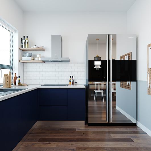 Tủ bếp chữ L sử dụng màu xanh dương đậm trên nền trắng của sơn nội thất và gạch lót mang đến phong cách Địa Trung Hải tươi mới. Kệ bếp trên được thiết kế đơn giản, không có cánh giúp căn bếp 7m2 bớt trống trải.