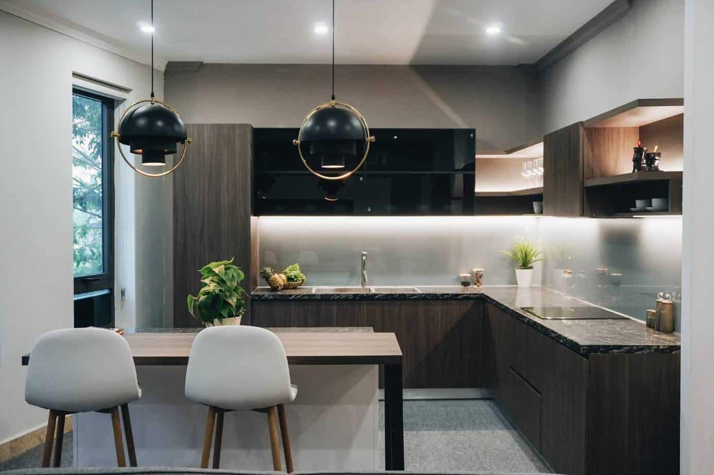Tủ bếp chữ L kết hợp bàn ăn sang trọng và hiện đại