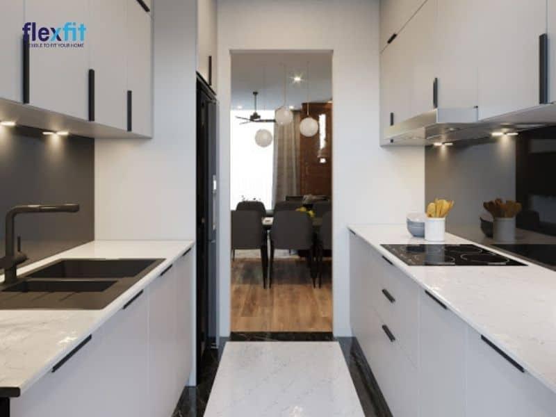 Tủ bếp song song phù hợp với gia đình có phòng bếp nhỏ hẹp và kéo dài
