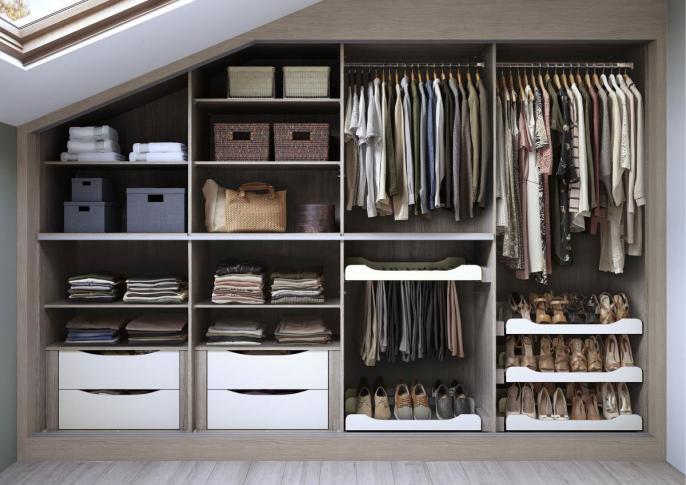 Không gian phòng ngủ gọn gàng, ngăn nắp hơn bởi mẫu tủ quần áo âm tường mới lạ, độc đáo với thiết kế nhiều ngăn, phân chia theo khu vực để lưu trữ khoa học