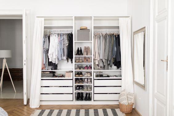 Mẫu tủ quần áo âm tường với rèm cuốn đơn giản này sẽ giúp bạn tìm đồ dễ dàng và nhanh chóng hơn rất nhiều.