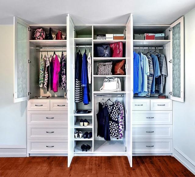 Lựa chọn tủ quần áo âm tường thiết kế kịch trần sẽ giúp không gian thêm liền mạch, phù hợp với phòng có diện tích nhỏ.