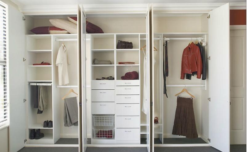 Thiết kế tủ quần áo âm tường cánh mở được nhiều gia đình ưa chuộng bởi thân quen và tiện lợi. Về công năng, mẫu tủ này được chia thành nhiều ngăn giúp bạn có thể lưu trữ đồ đạc một cách khoa học và tìm kiếm đồ dùng nhanh chóng nhất.