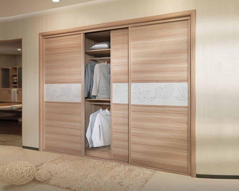 Không gian ngôi nhà trở nên sang trọng nhờ áp dụng các thiết kế tủ quần áo âm tường cánh lùa có những đường vân gỗ đẹp mắt.