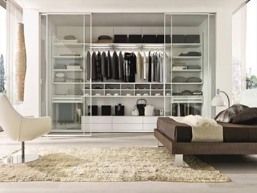 Thiết kế cửa kính trong suốt của mẫu tủ quần áo âm tường này góp phần làm tăng tính thẩm mỹ cho không gian