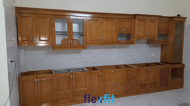 Tủ bếp chữ i gỗ sồi Nga màu cánh gián được nhiều người ưa chuộng