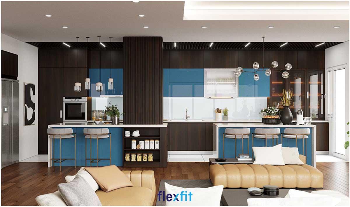 Căn bếp tuy nhỏ nhưng vẫn tiện nghi, gọn gàng với thiết kế tủ bếp chữ i tông trắng kết hợp nâu gỗ sáng sang trọng.