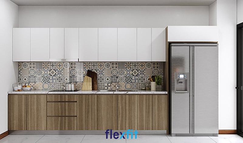 Tủ bếp chữ i phủ Melamine màu trắng và nâu vân gỗ, gạch ốp hoa 3D