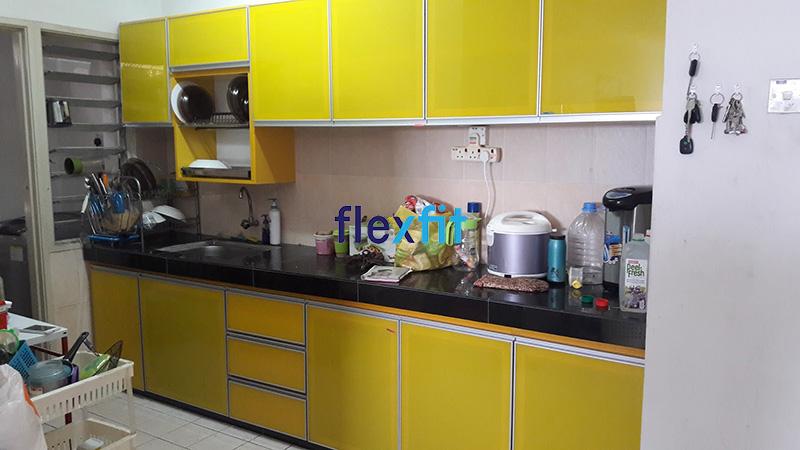 Hình ảnh thực tế mẫu tủ bếp chữ i nhôm kính màu vàng