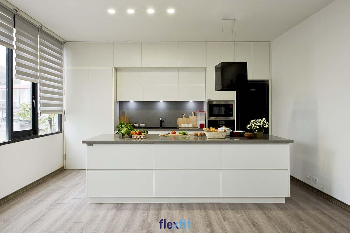 Tủ bếp chữ i có đảo bếp với màu trắng tinh khôi