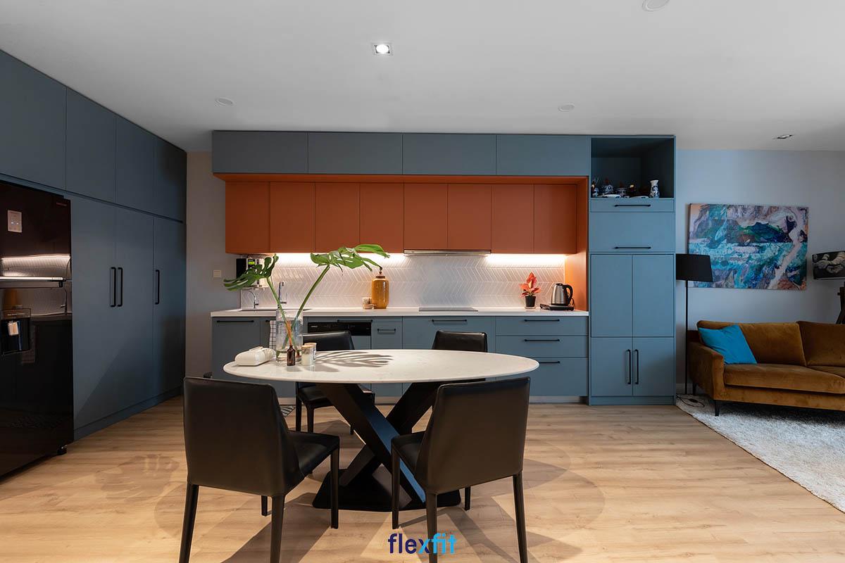 Tủ bếp phủ Melamine chữ i màu xanh va cam độc đáo