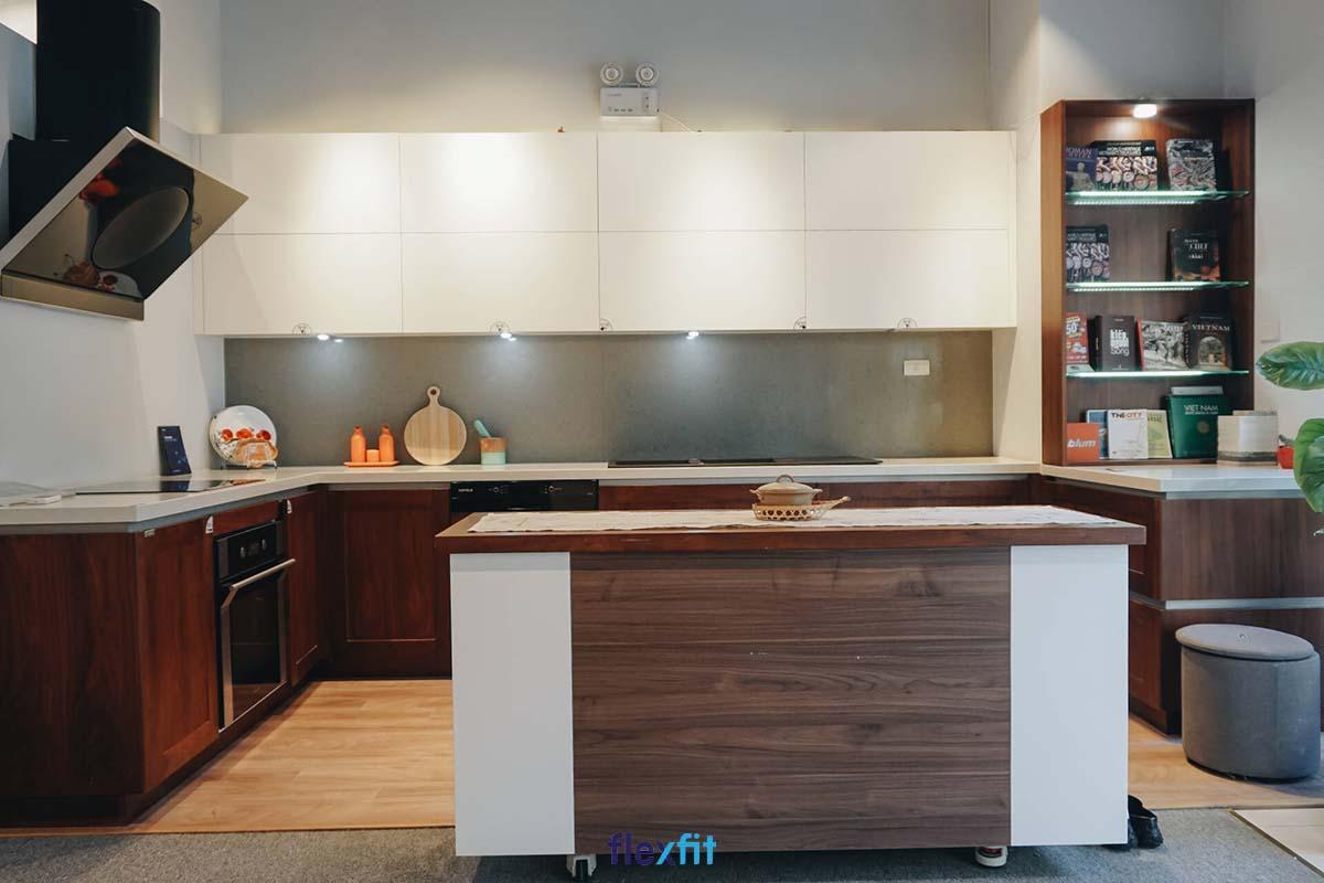 Tủ bếp phủ Melamine chữ U màu trắng - nâu có đảo bếp tinh tế