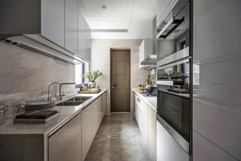 Tủ bếp song song màu ghi sáng thanh lịch