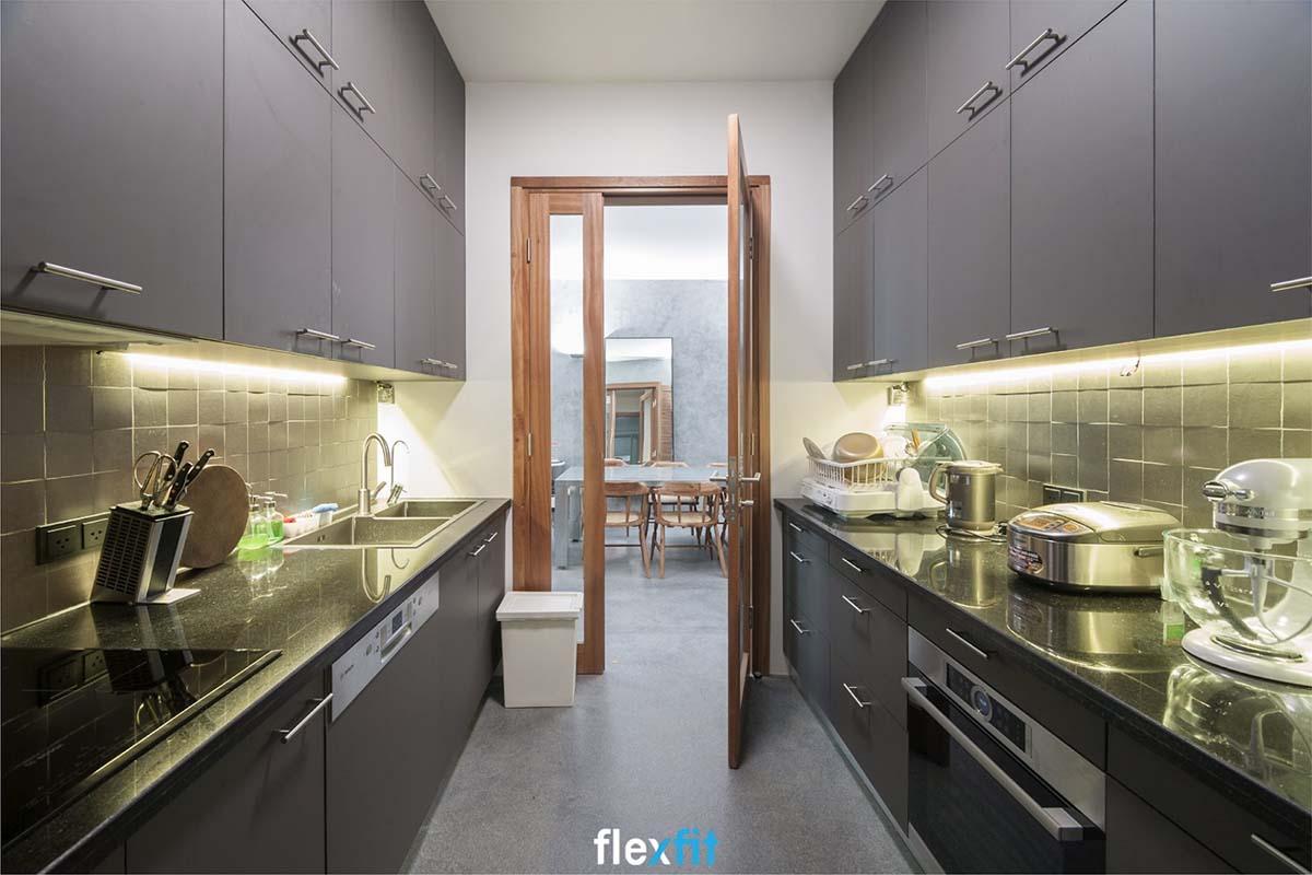 Tủ bếp song song màu ghi vô cùng sạch sẽ, gồm nhiều ngăn tủ đựng đồ giúp bạn thuận tiện nhất khi nấu nướng.
