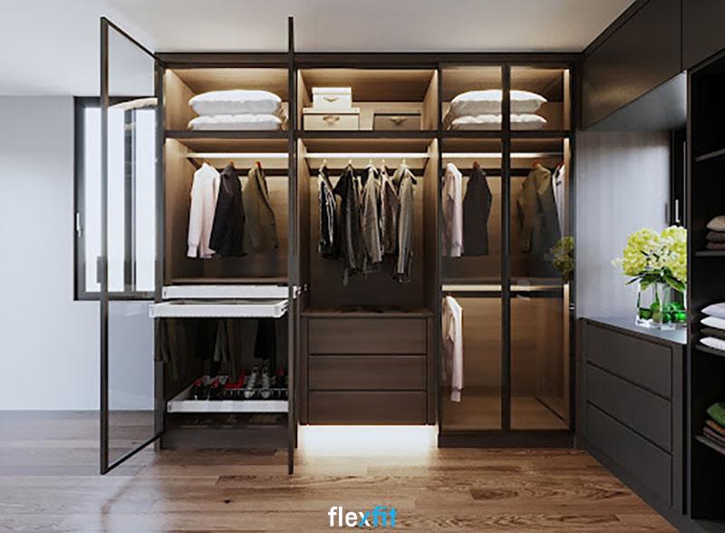 Tủ quần áo cánh kính có nhiều ngăn chứa đồ với kích cỡ khác nhau