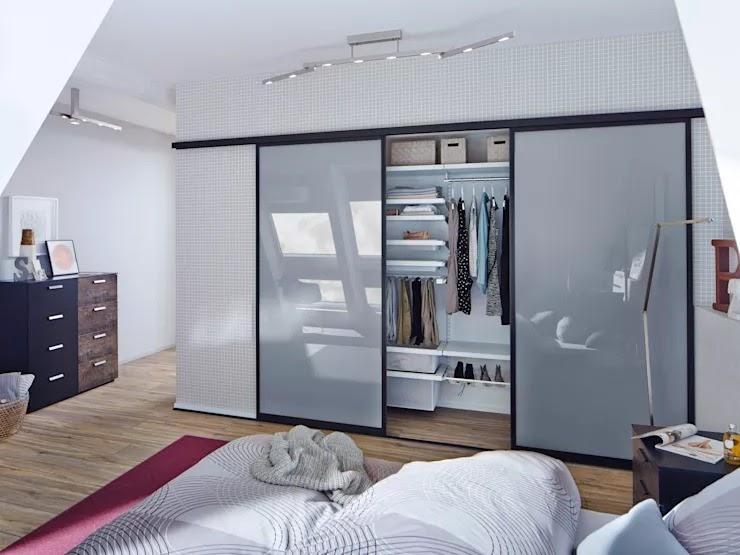 Tủ quần áo âm tường ẩn sâu bên trong giống như bức vách tường phẳng, mang đến không gian thoáng đãng và đẹp mắt hơn