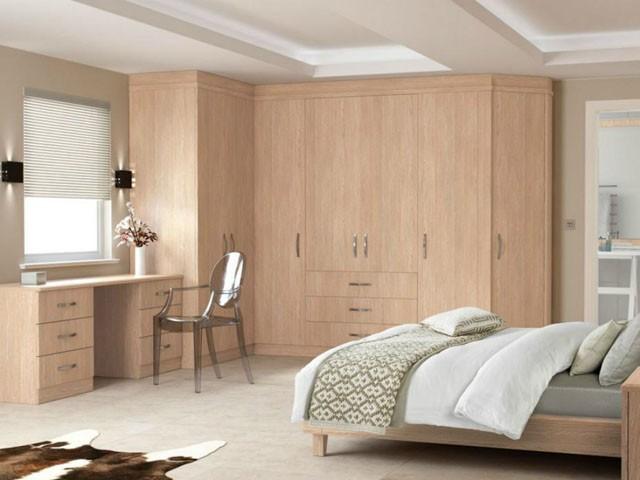 Thiết kế tủ quần áo chữ L được kết hợp với bàn làm việc mang lại một không gian sống vô cùng tiện nghi.