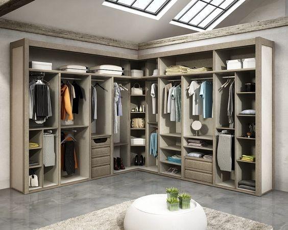 Gam màu nhã nhặn được sử dụng trong mẫu tủ quần áo chữ L này làm tôn lên vẻ đẹp thời thượng cho căn phòng.