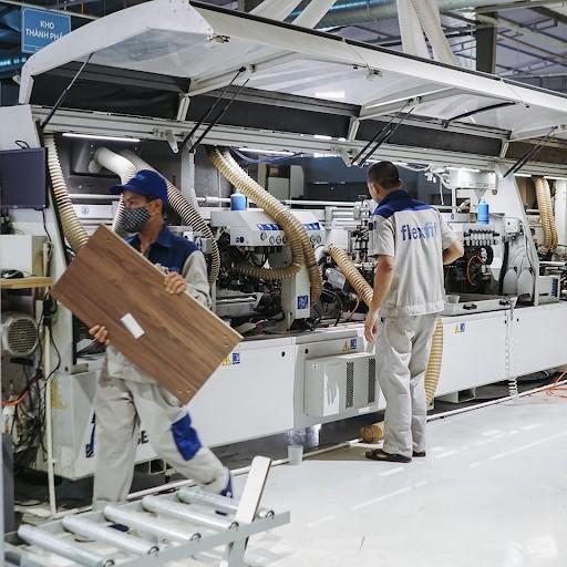 Gỗ MDF được sản xuất dưới dạng tấm ván có kích thước tiêu chuẩn nên sẽ dễ dàng trong việc vận chuyển, thi công và lắp ráp thành tủ bếp