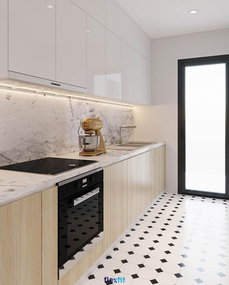 Tủ bếp màu vân gỗ sáng mang đến sự sang trọng, ấm cúng lại tạo cảm giác không gian thoáng đãng hơn