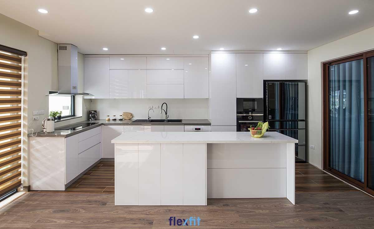 Tủ bếp Acrylic màu trắng lõi gỗ MDF chống ẩm