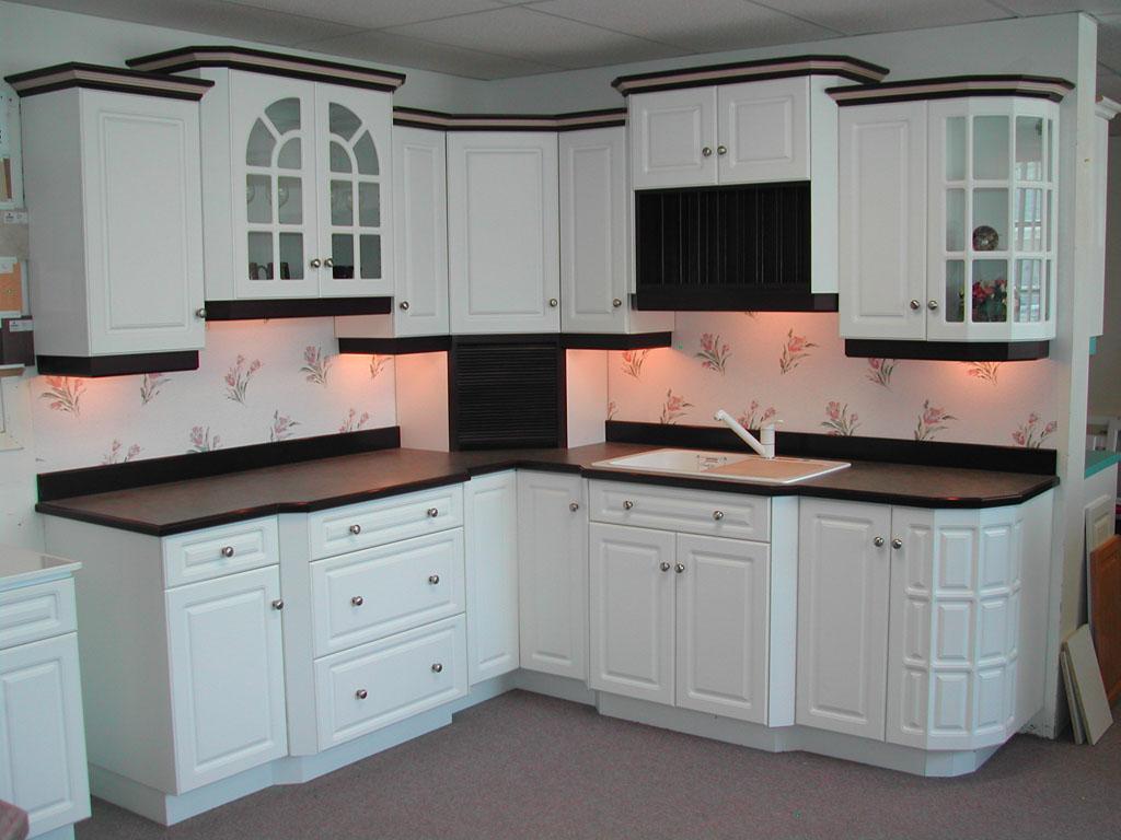 Vẻ đẹp tinh khôi, tinh tế, sang trọng, bắt mắt của tủ bếp chữ L sơn màu trắng - đen thiết kế cao thấp, đua ra, thụt vào linh hoạt