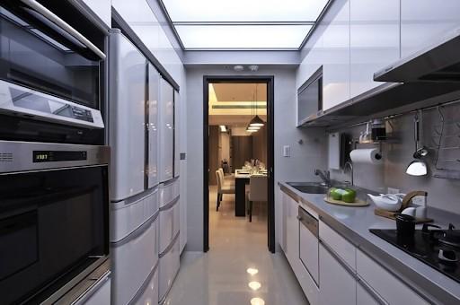 Một khoảng không gian hạn hẹp cũng có thể trở thành căn bếp xinh xắn nhờ lắp đặt tủ bếp song song. Tủ bếp phối màu trắng và đường viền màu xám, thiết kế tối giản nhưng vẫn đầy đủ tiện nghi.