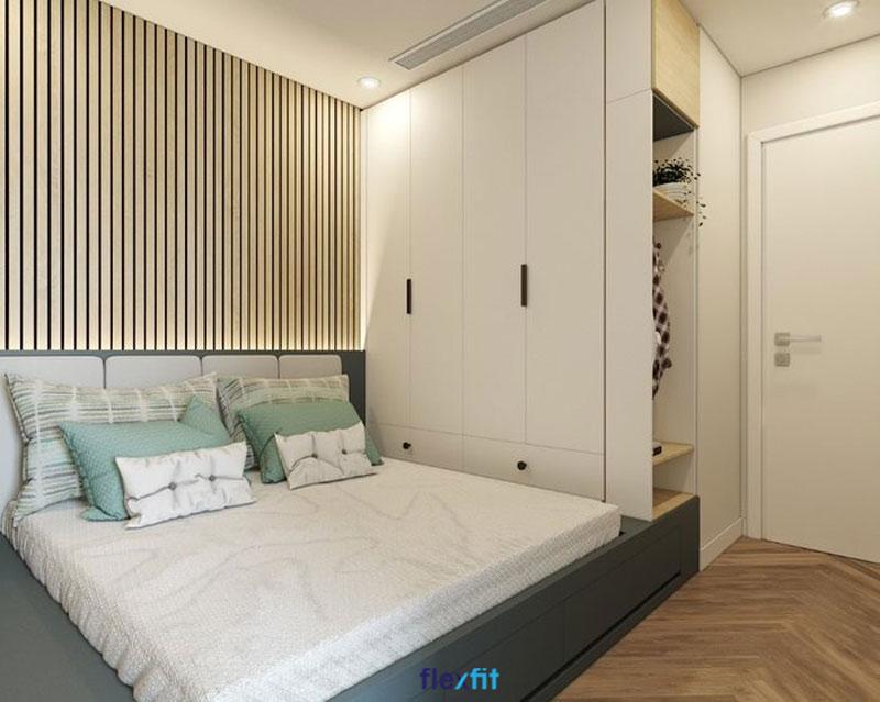 Tủ quần áo 2m cùng hệ thống liền mạch với giường ngủ và kệ trang trí đồng bộ, giúp tiết kiệm không gian. Tủ màu trắng giúp cân bằng thiết kế kịch trần, tránh tạo cảm giác bí bách.