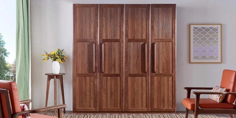 Tủ quần áo 4 buồng được làm từ gỗ gụ thiết kế độc lạ. Màu gỗ cánh gián mang lại vẻ đẹp ấm cúng, cổ điển cho căn phòng.