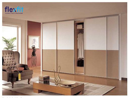 Thiết kế tủ âm tường 4 cánh này mang đến sự tiện lợi tối đa. Cánh cửa được thiết kế với hai màu trắng và nâu vân gỗ mang lại sự trẻ trung cho căn phòng.