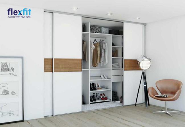 Mẫu tủ âm tường này được thiết kế với tông màu trắng sáng mang đến sự sang trọng và lịch sự cho không gian sống. Phần tủ bên trong được chia thành các ô nhỏ với kích thước khác nhau cho phép bạn vừa treo quần áo, vừa có thể để được các đồ dùng khác một cách khoa học.