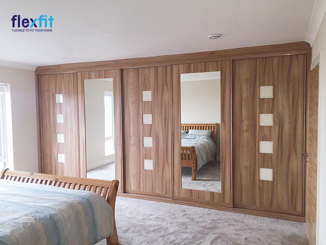 Thiết kế tủ quần áo 5 cánh kịch trần tăng tối đa không gian lưu trữ. Tủ màu nâu vân gỗ cùng tông với giường ngủ mang lại cảm giác đồng bộ.Hai cánh có gương chính là điểm nhấn với lạ cho không gian.