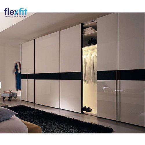 Tủ quần áo 5 cánh cửa lùa có thiết kế hiện đại, lắp thêm dàn đèn bên trong hỗ trợ người dùng. Tủ có bề mặt sáng bóng phản chiếu ánh sáng tốt, hòa hợp với không gian nội thất, giảm cảm giác bí bách vì chiếc tủ lớn cao kịch trần.