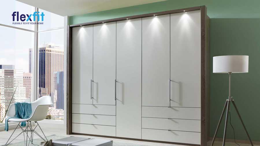 Mẫu tủ 5 cánh màu trắng, viền vân gỗ nâu được lắp đặt thêm đèn đơn giản nhưng đẹp tinh tế, hút mắt.