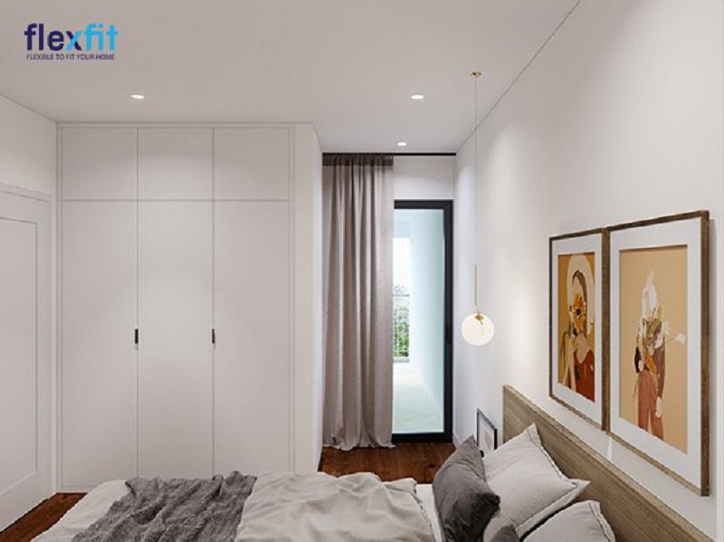 Tủ quần áo 3 cánh 3 buồng kịch trần sử dụng tông màu trắng tinh khôi hòa quyện với tông màu tường. Nhờ sự kết hợp tinh tế về màu sắc, căn phòng ngủ trở nên sang trọng và không bị bí bách dù diện tích hạn chế.