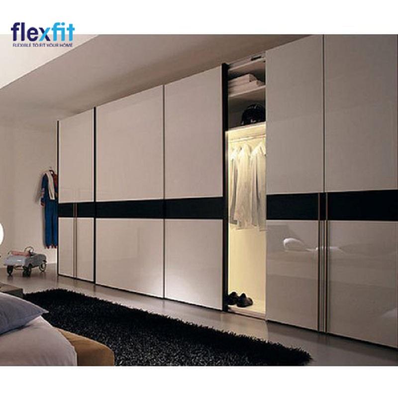 Tủ quần áo 5 cánh cửa lùa với bề mặt ngoài được phủ chất liệu sáng bóng giúp không gian phòng vừa sang trọng, vừa đẳng cấp. Đặc biệt, bên trong tủ còn được bố trí đèn chiếu sáng giúp người dùng thuận tiện nhất khi sử dụng.