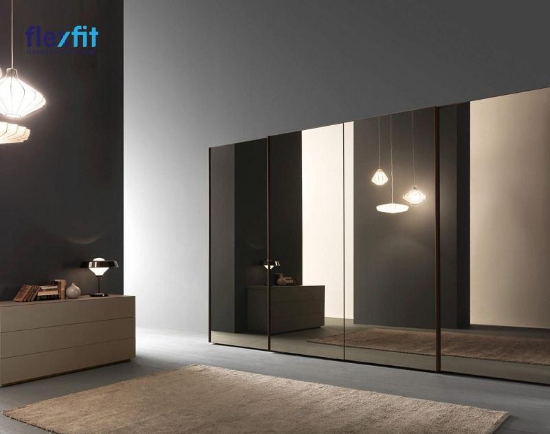 Với thiết kế đơn giản nhưng được phủ mặt gương cao cấp, mẫu tủ quần áo 5 cánh này mang lại sự đẳng cấp, hiện đại cho không gian. Đồng thời, căn phòng còn được mở rộng hơn nhờ sự phản chiếu của gương.