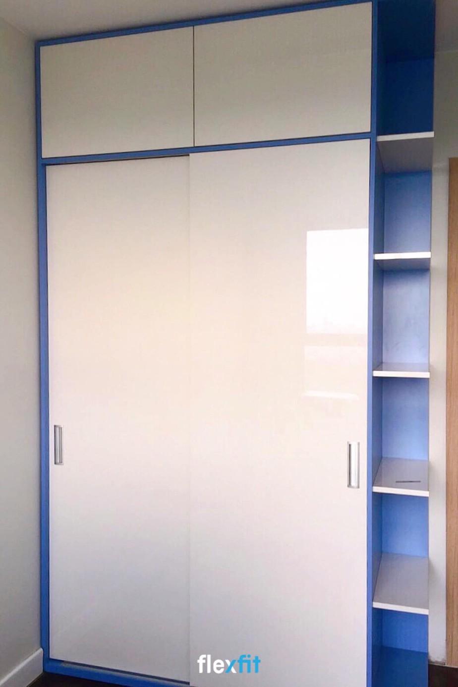 Tủ quần áo Acrylic 2 cánh lùa màu trắng kết hợp xanh dương bắt mắt. Sản phẩm được thiết kế các ngăn lưu trữ nhỏ và các ô không cánh có thể để các đồ trang trí, vật dụng như: đồ chơi, chậu cây cảnh,...