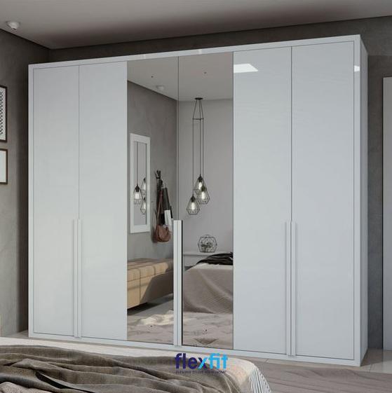 """Mẫu tủ được thiết kế tích hợp gương soi toàn thân là sản phẩm luôn được ưa thích bởi chúng không chỉ mang lại sự tiện lợi mà giúp """"nới rộng"""" không gian phòng ngủ một cách hiệu quả."""