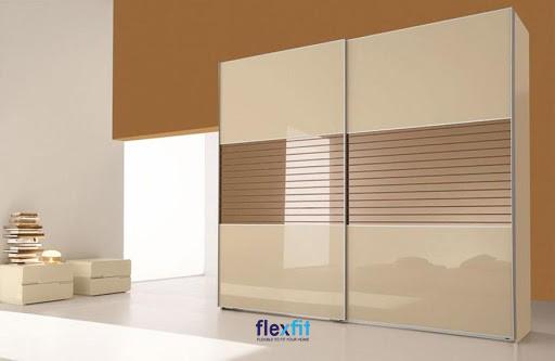 Tủ quần áo cánh lùa Acrylic ấn tượng dù thiết kế đơn giản nhờ những đường kẻ ngang màu nâu vân gỗ ở giữa tủ.