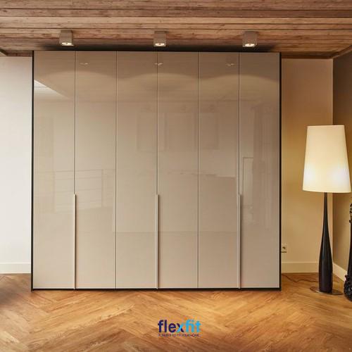 Mẫu tủ quần áo Acrylic trên màu trắng kết hợp màu gỗ sáng mang lại vẻ đẹp tinh tế và sang trọng cho căn phòng. Ngoài ra, các ngăn kéo chứa được thiết kế thêm mang lại sự tiện dụng trong quá trình sử dụng.