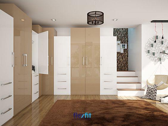Tủ quần áo 4 cánh Acrylic thiết kế kịch trần thoải mái lưu trữ quần áo cho 2 người. Gam màu ghi hòa quyện với màu các nội thất khác trong phòng tạo nên không gian dễ chịu cho chủ nhân.