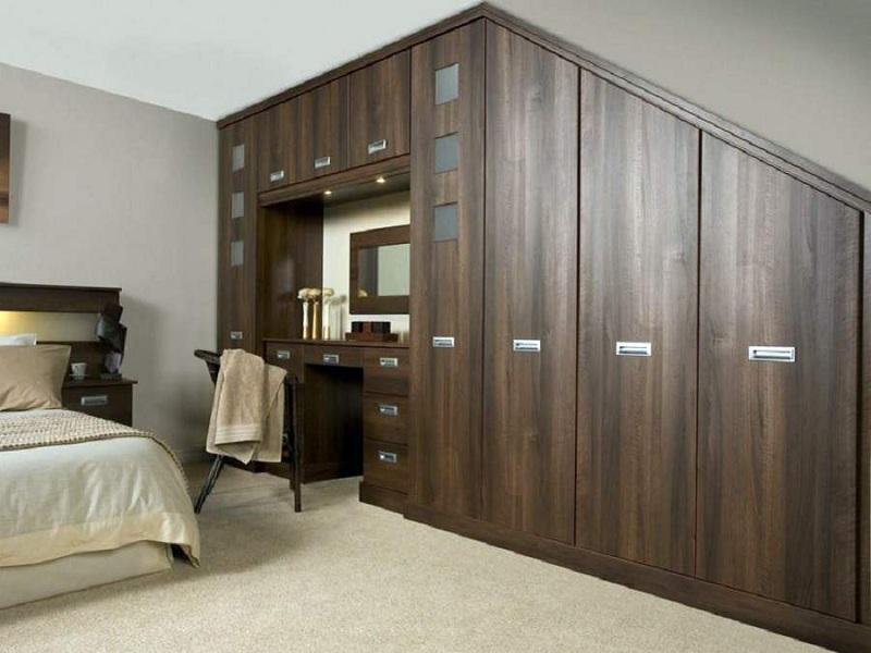 Tủ quần áo kết hợp bàn trang điểm âm tường tiết kiệm diện tích cùng hình dạng độc đáo giúp căn phòng trở nên ấn tượng. Tủ được thiết kế kịch trần, gồm nhiều ngăn, buồng chứa giúp bạn chứa đồ thoải mái.