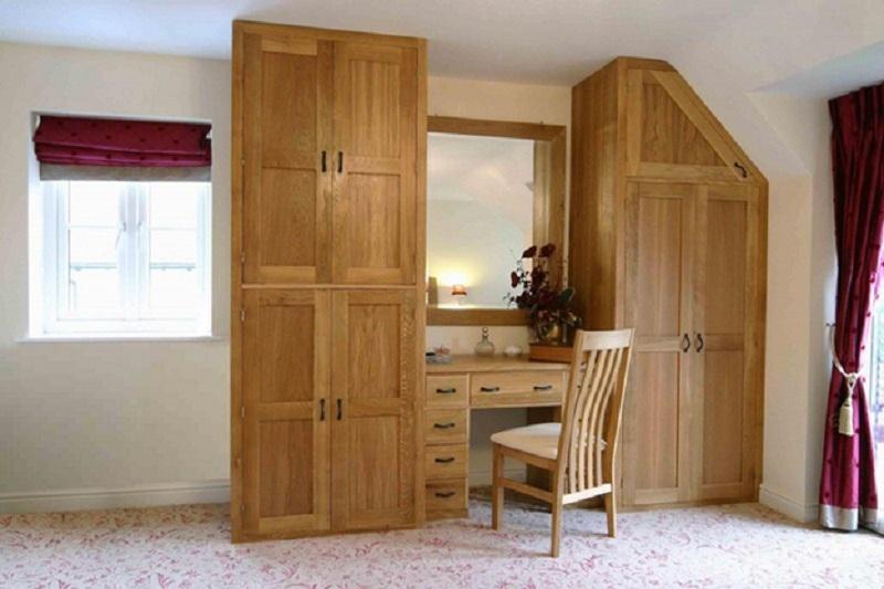 Toàn bộ tủ quần áo và bàn trang điểm được làm hoàn toàn từ gỗ tự nhiên rất chắc chắn, độ bền cao. Gam màu gỗ nguyên bản mang đến sự gần gũi, ấm áp. Đặc biệt, tủ có một góc vát khớp với hình dạng căn phòng.