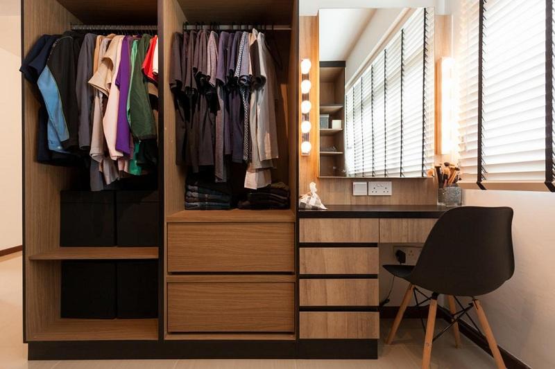Đây là mẫu tủ quần áo tích hợp bàn trang điểm lý tưởng cho không gian phòng ngủ nhỏ. Bàn trang điểm được lắp đặt hệ thống đèn chiếu sáng kết hợp sự phản chiếu của gương khéo léo đánh lừa thị giác cho cảm giác phòng rộng hơn.