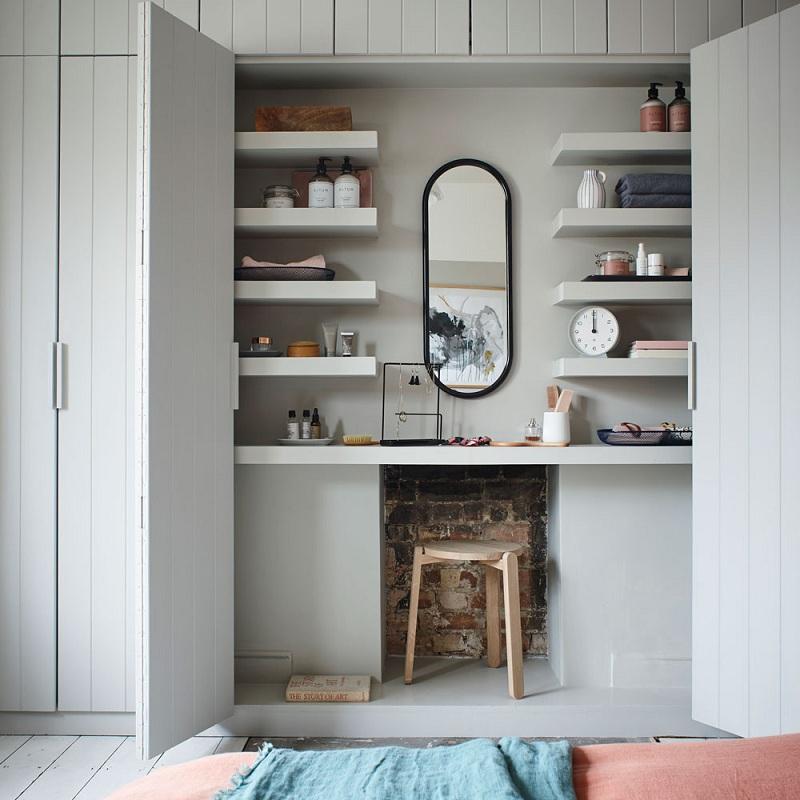Đây là mẫu tủ quần áo kết hợp bàn trang điểm có thiết kế vô cùng độc đáo, sáng tạo. Khu vực dành cho bàn trang điểm được thiết kế cánh tủ có thể mở ra đóng lại. Phía trên bàn trang điểm có các thanh ngăn ở cả hai bên gương cho bạn thoải mái đặt để sản phẩm làm đẹp.