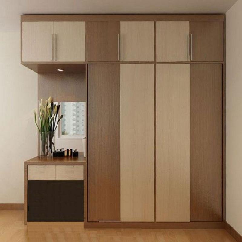 Mẫu bàn trang điểm kết hợp tủ quần áo đơn giản nhưng tinh tế. Hai tông màu gỗ nâu sáng và tối đan xen nhau hài hòa tạo vẻ đẹp hiện đại, mộc mạc.