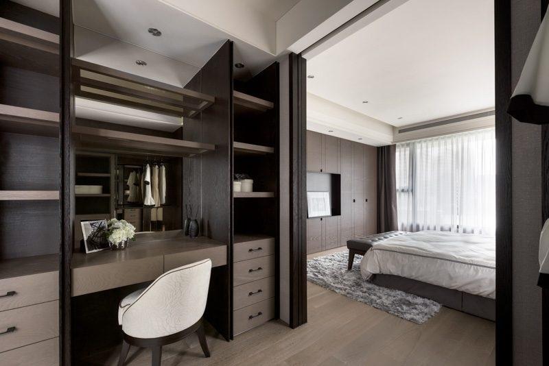 Tủ quần áo và bàn trang điểm song hành cùng nhau với gam màu socola hòa quyện hoàn hảo với màu nội thất trong phòng. Đi từ phòng ngủ ra bàn trang điểm bạn sẽ luôn cảm nhận được sự dễ chịu nhờ không gian đồng bộ.